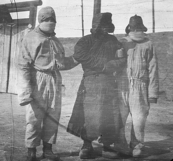 A suspected plague case is rounded up by workers dressed in protective clothing